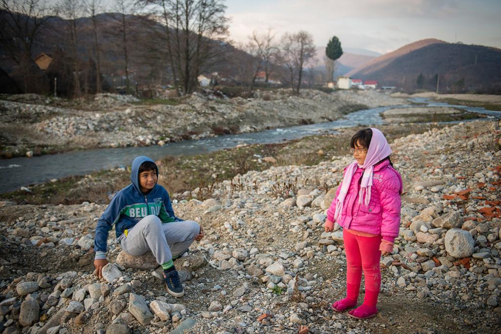 Copii la joacă pe malul râului Eşelniţa.