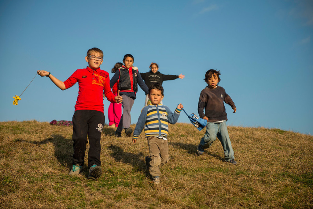 În ultimii 10 ani, 700 de oameni au plecat din comunitatea Eşelniţa (Mehedinţi). Copiii celor plecaţi au un comportament aparte şi îi afectează pe ceilalţi copii la şcoală.